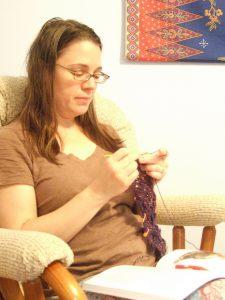 Donna, crocheting